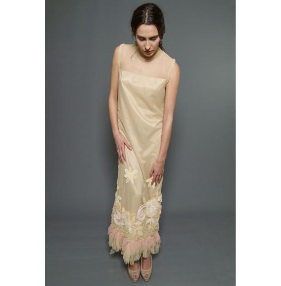 82ed3e154 Vestido largo de tul bordado en tono nude y pasteles.